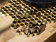Load image into Gallery viewer, Bee Trivet