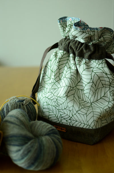 Project bag/ print on natural linen/ zipper pocket for accessories/ Green leaves