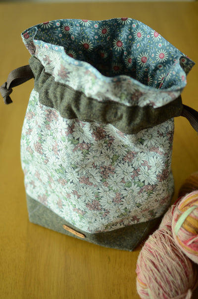 Project bag/ print on natural linen/ zipper pocket for accessories/ Linen Flower