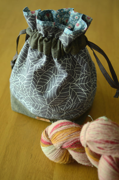 Project bag/ print on natural linen/ zipper pocket for accessories/ Grey leaves