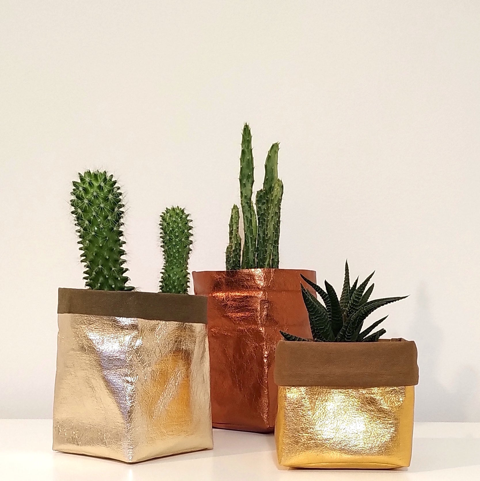 SHINY GOLD PLANT POT