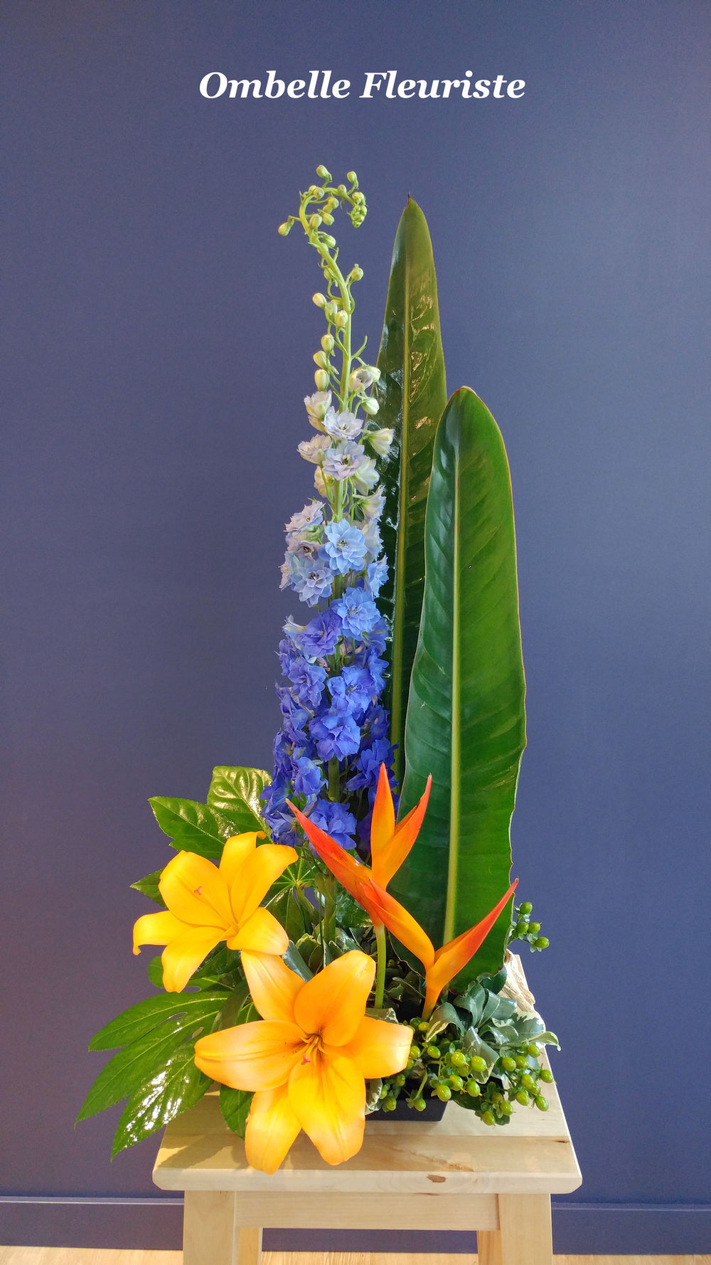 Arrangement floral exotique bleu orange vert