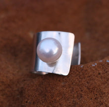 Load image into Gallery viewer, Charming Sterling silver and pearl ring