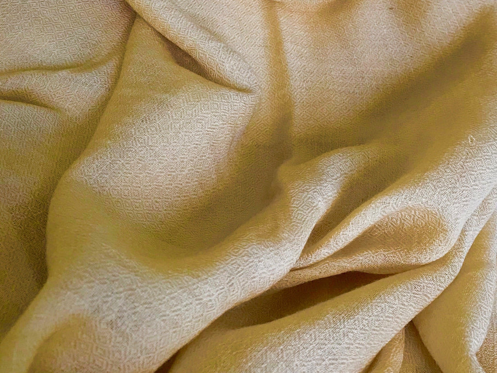 Cashmere's Hollow Fibre and How It Affects Colour Perception