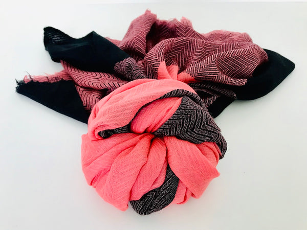Pink and black Kashmiri fine cashmere scarf in herringbone weave
