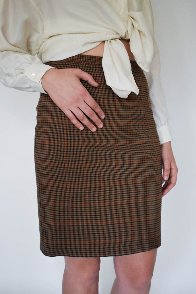 A womens medium vintage brown plaid above the knee skirt