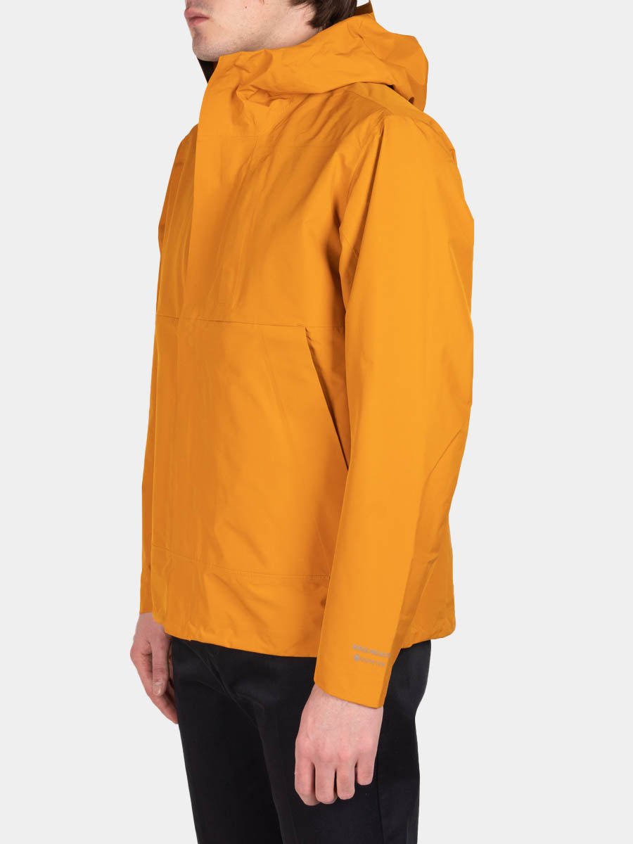 Fyn shell gore tex 2.0, cadmium orange, norse projects, on model side view