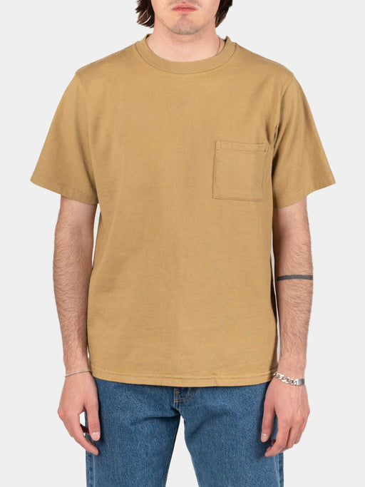 ss pocket tee, kraft, paa, on model front view