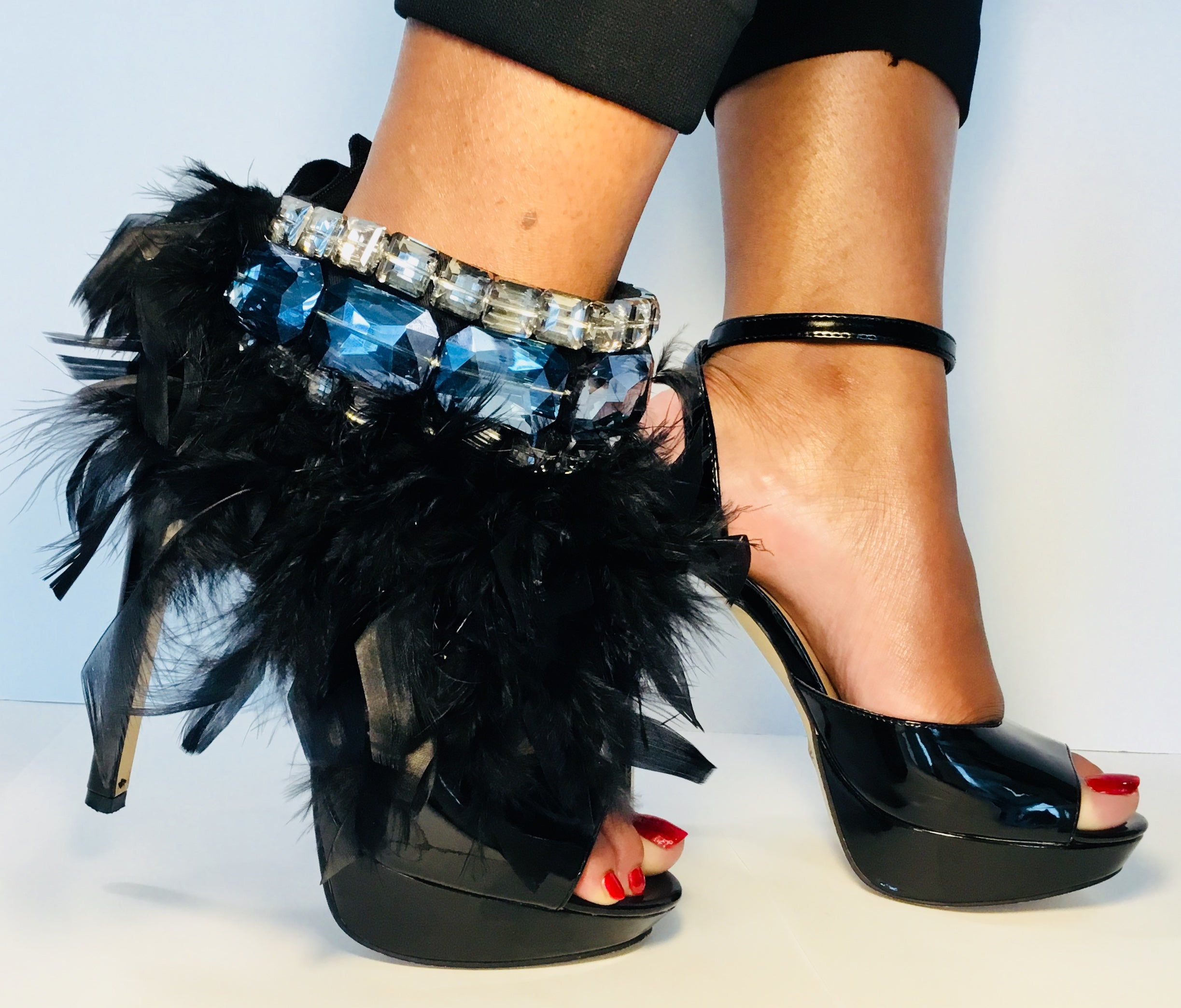 BOSSY - SIGNATURE LABEL- Noir Fluffy Feather/Antique & Sky Crystals
