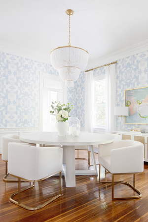 blue white dining room 2019, white round dining table, white dining chairs, wallpaper dining room, wallpaper in dining room, dining room wallpaper blue and white