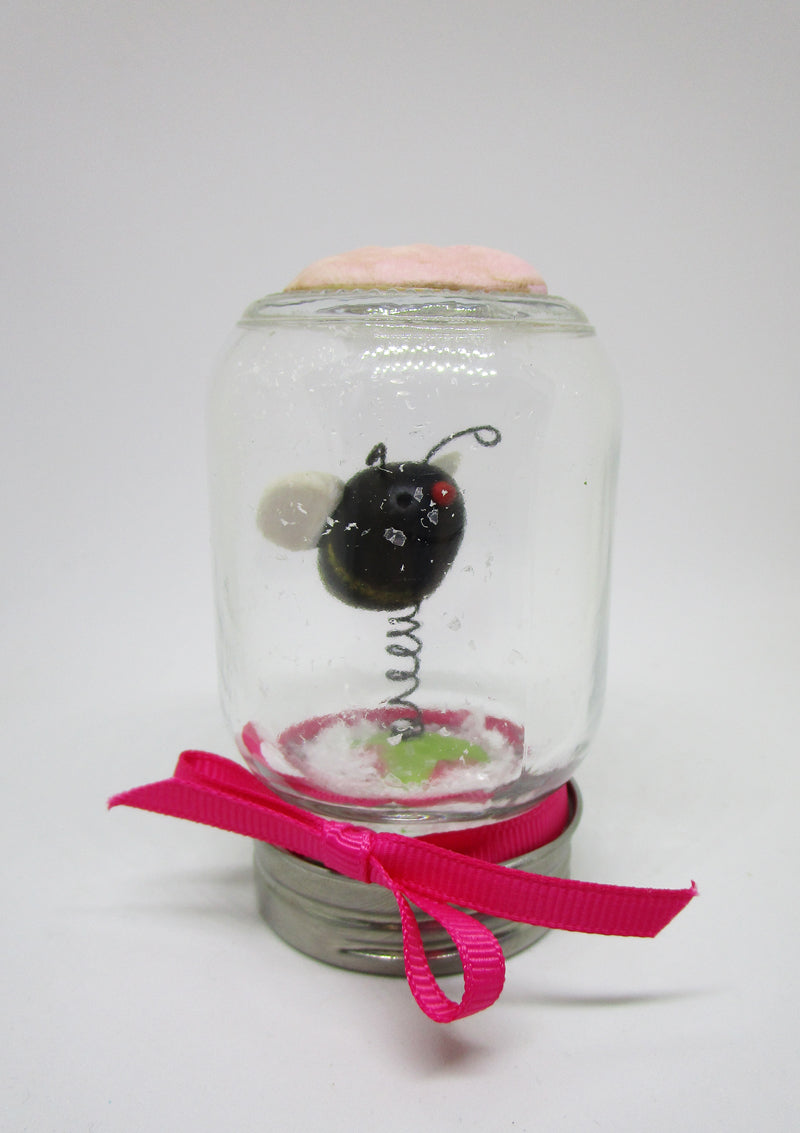 Spring Valentine bee with bounce dry snow globe