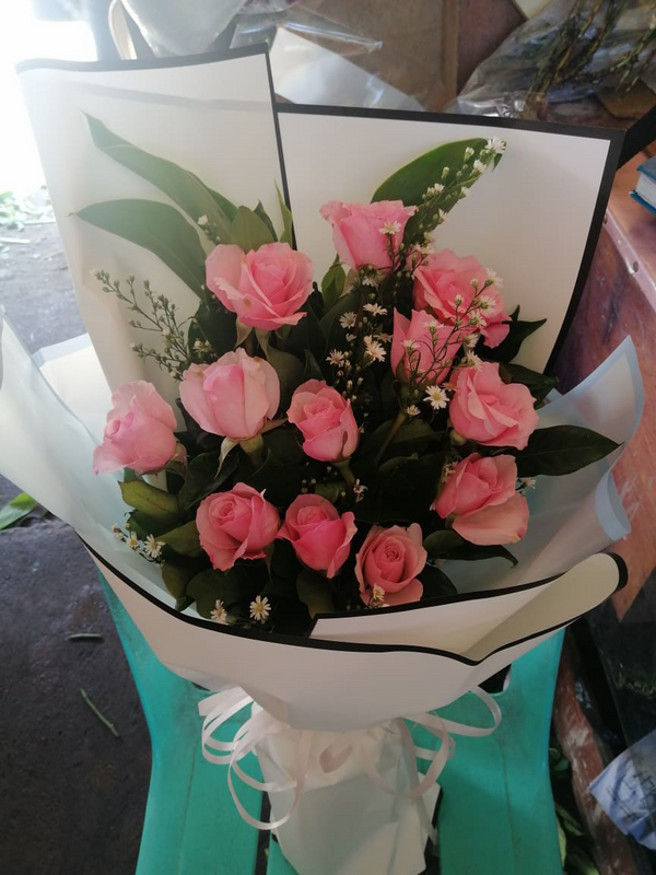 1 Dozen Pink Roses in a Bouquet