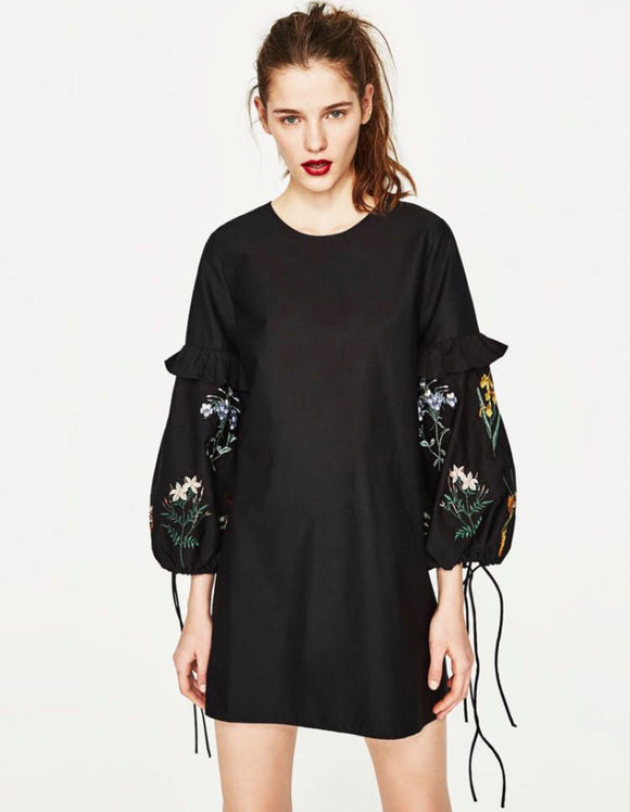 Monochrome embroidery-sleeve Black dress