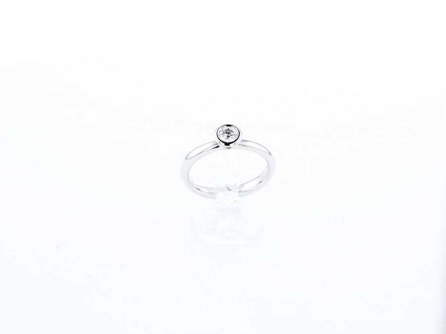 18 ct white gold Engagement ring set with white Diamonds