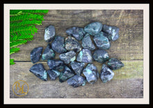 Load image into Gallery viewer, EMERALD Gemstone 3 Piece Set Healing Emerald Crystal Kit Emerald Intention Stone Set Lithiotherapy Healing Emerald 3 Stone Crystal Set