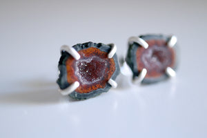 Agate geode earrings. Sterling silver stud earrings with natural Agate geode. REF.01