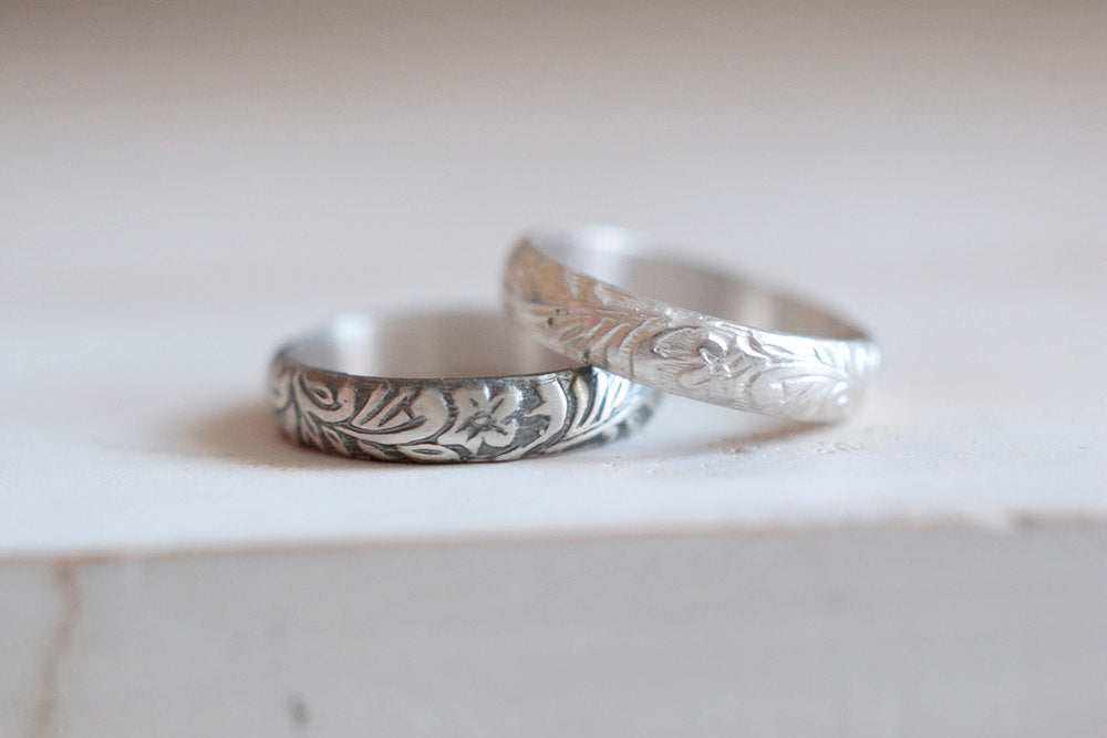 Antique ring. Sterling silver ring with antique flowers pattern. 4mm.