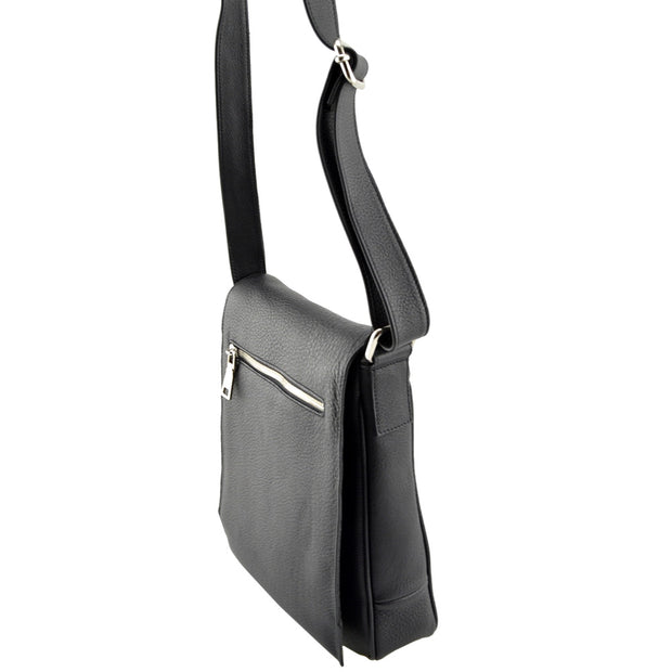 Giordano black Jamie leather shoulder bag.