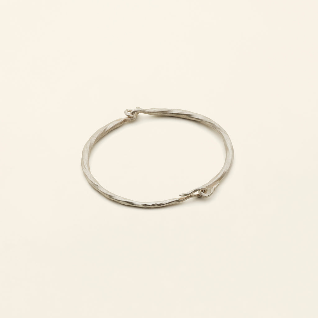 FLOW HOOK BANGLE- sølv