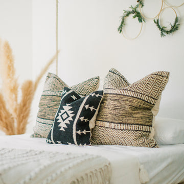Show_Cushions_Anahuac_Cool_Oasis_On_Bed