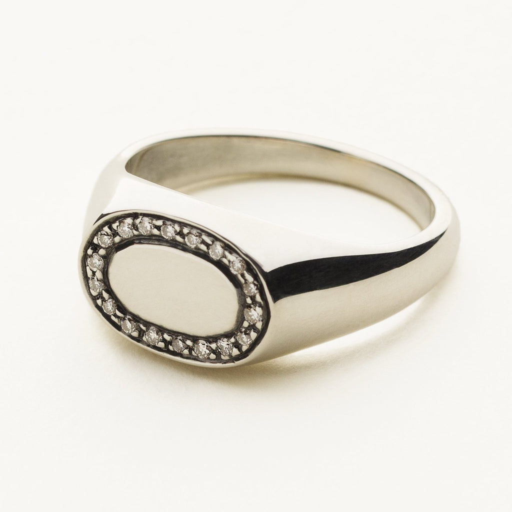SMALL OVAL SIGNATURE RING - silver with diamonds