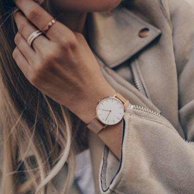 On What Wrist Should a Woman Wear a Watch?