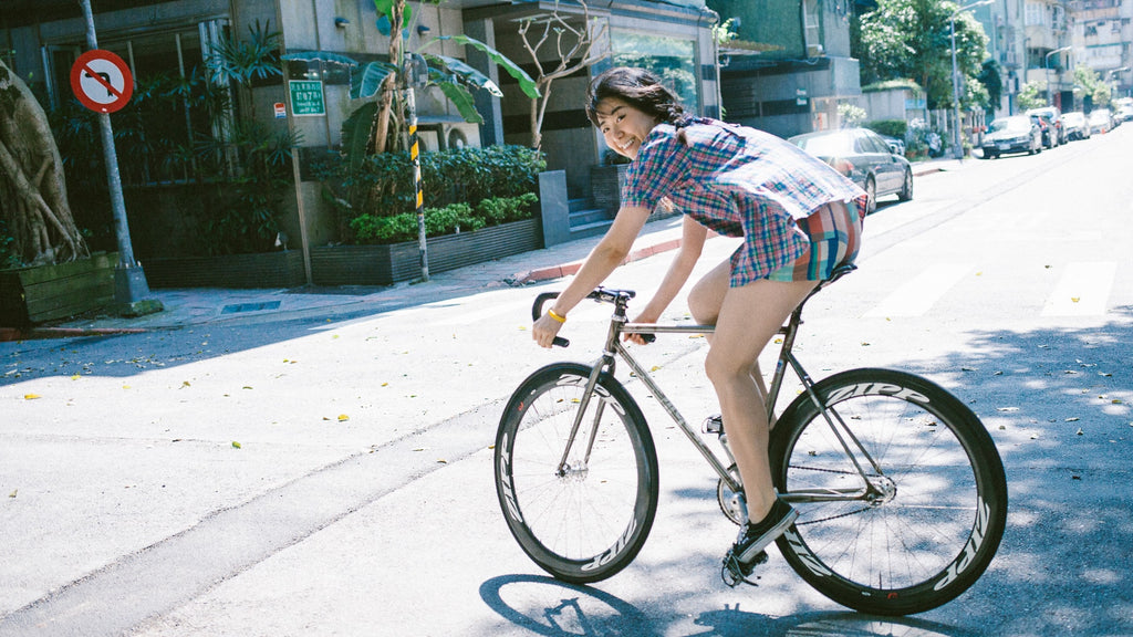 girl-fixed-gear-rider-on-bike