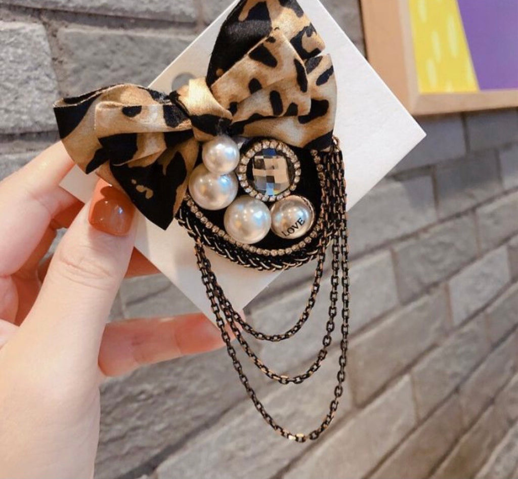 Chain leopard brooch