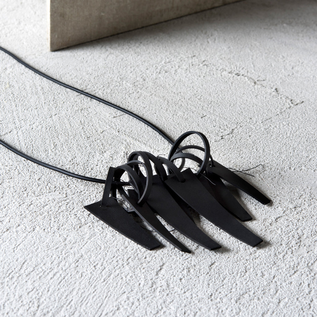 OUTLINE BLACK NECKLACE
