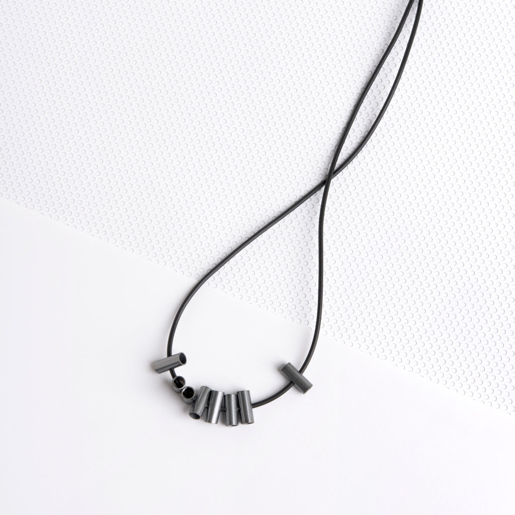 CRISS CROSS BLACK NECKLACE