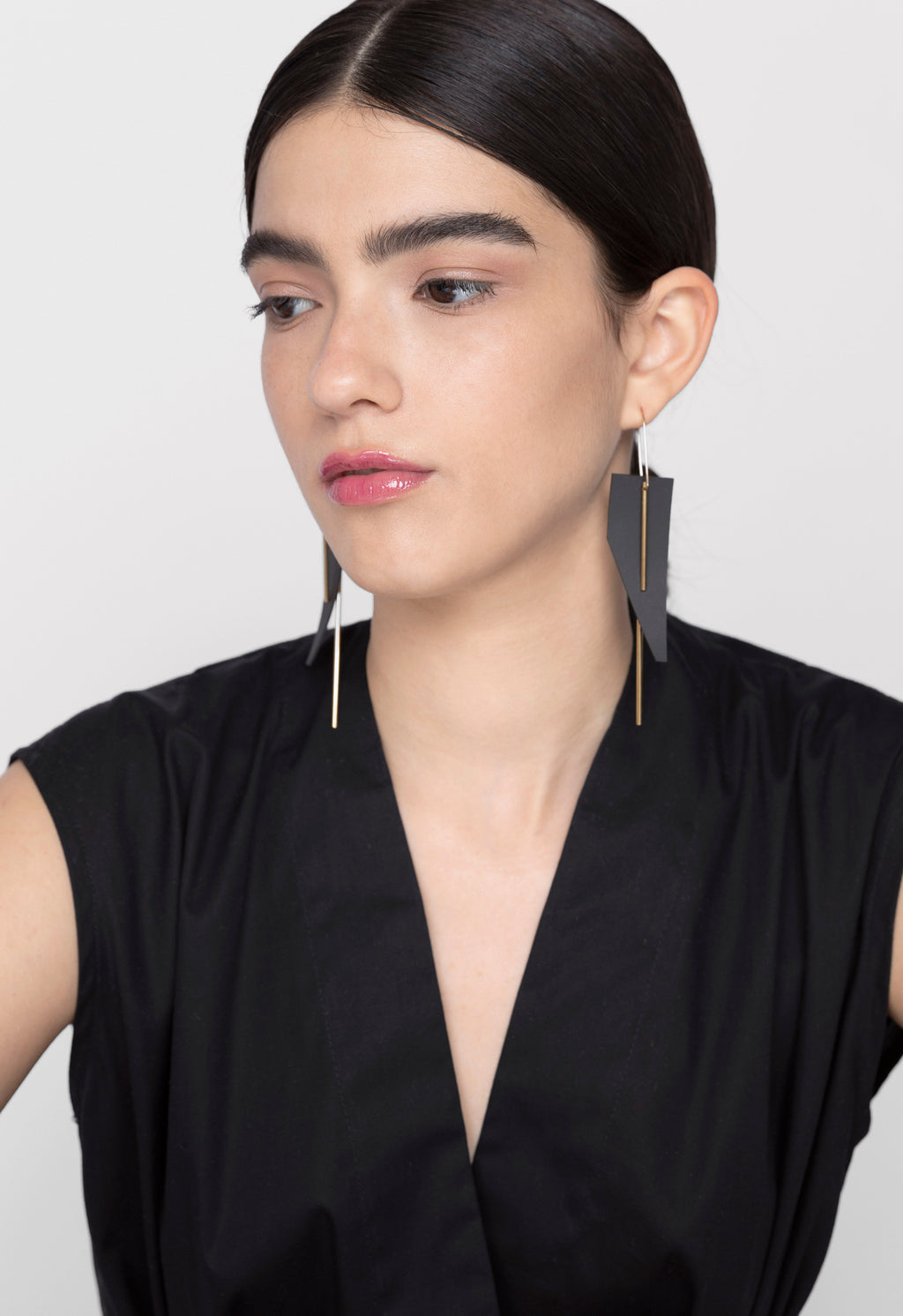 OUTLINE BLACK FORM EARRINGS