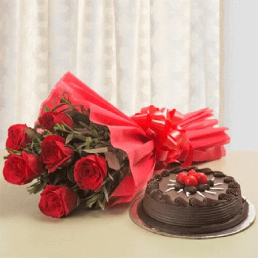 round-shape-chocolate-cake-with-red-roses-bouquet