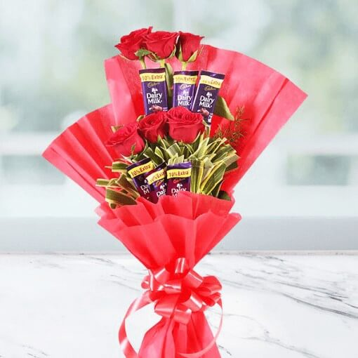 chocolate-attached-with-rose-in-a-bouquet