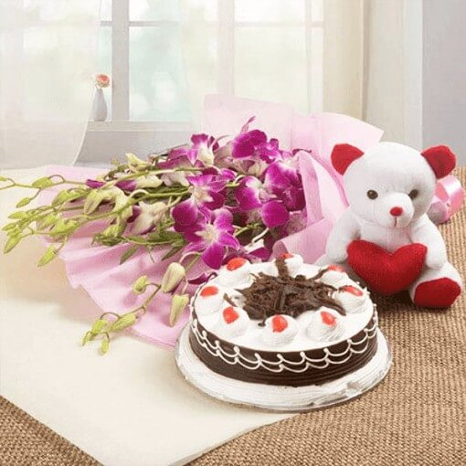 round-shape-cake-with-small-teddy-with-lillies