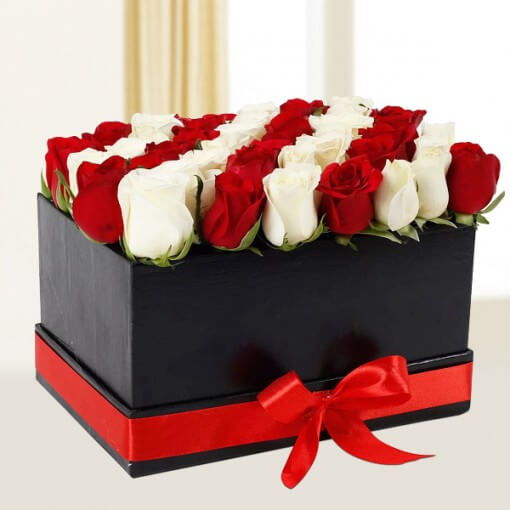 white-n-red-floral-arrangement-cake-plaza
