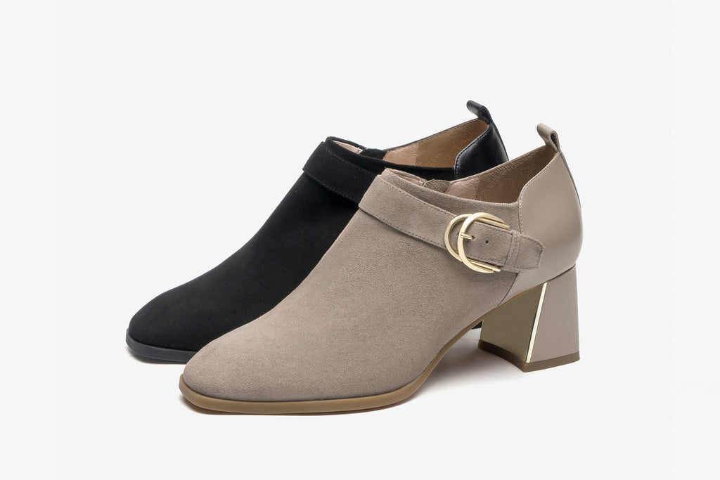 Arc Buckle Block-Heel Shoes in Suede Leather - Black AT60904