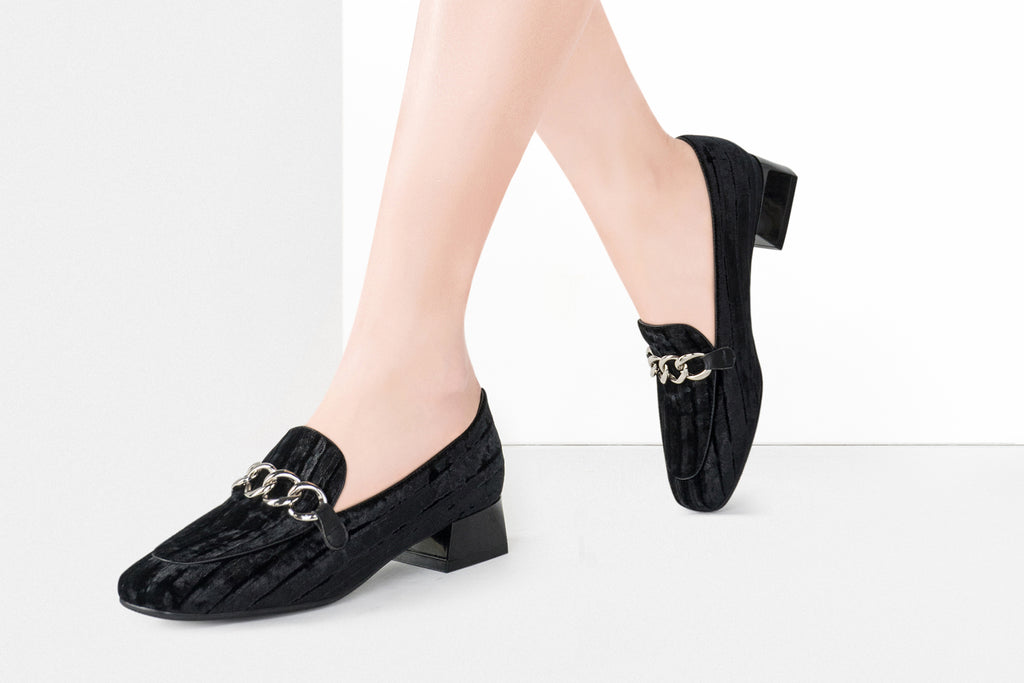 Heeled Loafers with Chain Detail - Black AT31601
