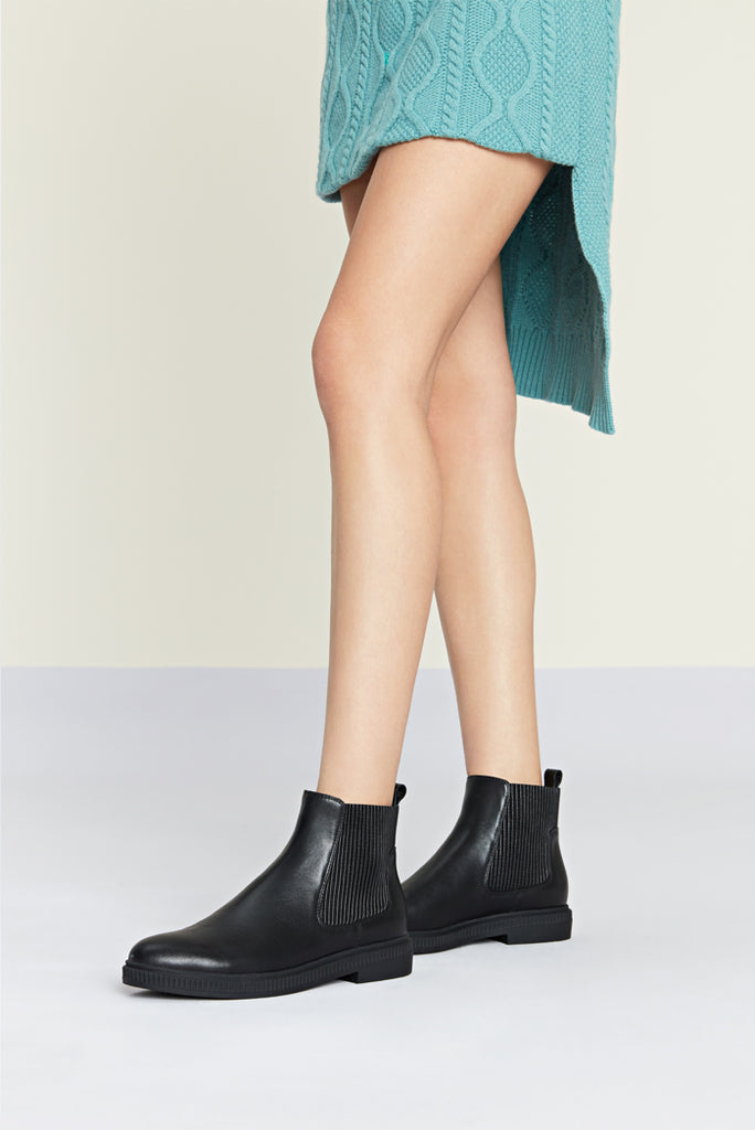 Flat Leather Ankle Boots - Black AT34401