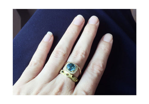 bague zircon bleu et diamants or jaune double signature halo sur main