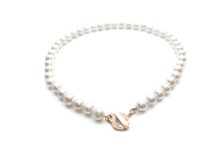 collier de perles fermoir or rose L'intemporelle au cou
