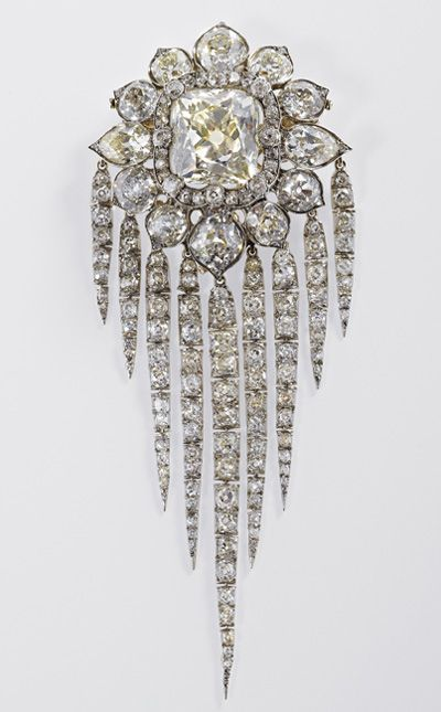 queen victoria finge brooch