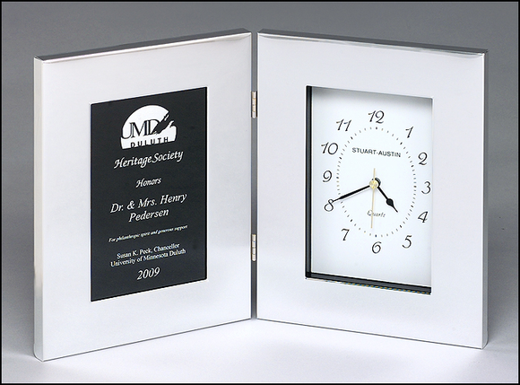Airflyte Polished silver aluminum clock with black aluminum engraving plate