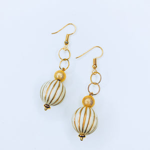 Joe - chic gold a beige beads earrings.
