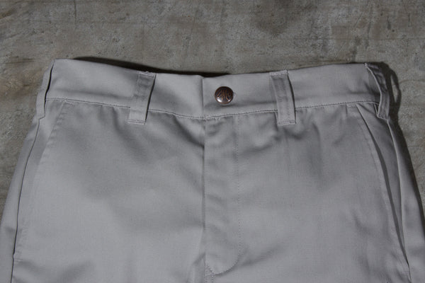 Men's light grey chino pants — Front — Waist Details