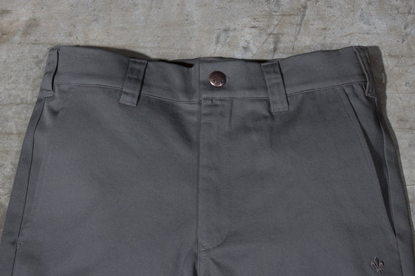 Men's dark grey chino pants — Front — Waist Details