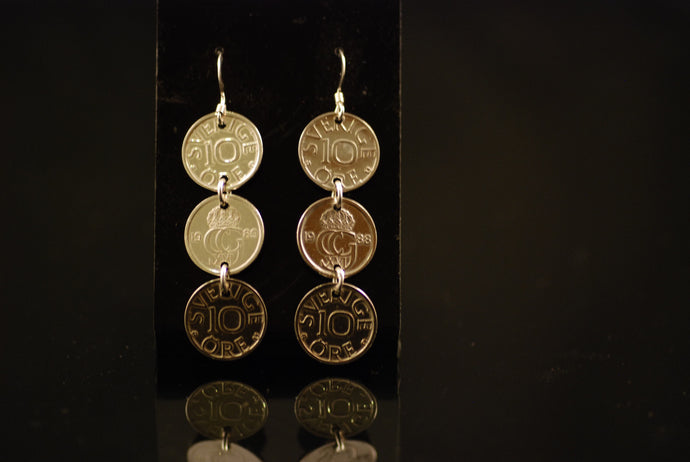 Långa örhängen av tioöringar / Hanging earrings of three old coins