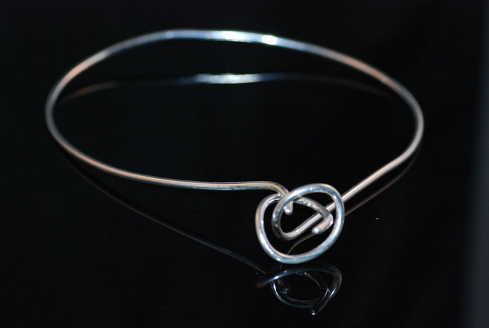Stelt halsband med knut / Stiff necklace with a knot