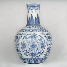 Load image into Gallery viewer, Blue and white Chinese ceramic vase