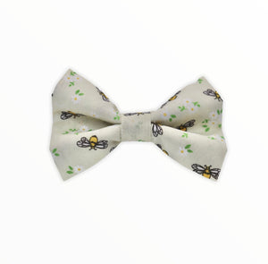 Handmade dog bow tie in cotton print. Made by hand in the U.K. and washable. Cream cotton dotted with tiny bees and flowers.
