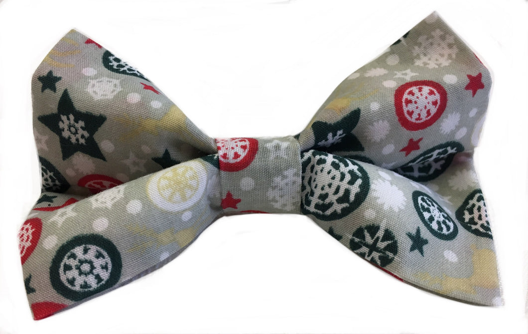 A wintery print of frost, snow flakes and baubles on a silvery background gives this dog bow tie a real festive feel. It washes easily so it doesn't matter if your pup loves a muddy puddle. Check out the 'frosty' matching bandana and bow tie. Hand made with love here in the heart of England. Matches perfectly with the 'Let it Snow' collar, bandana and lead